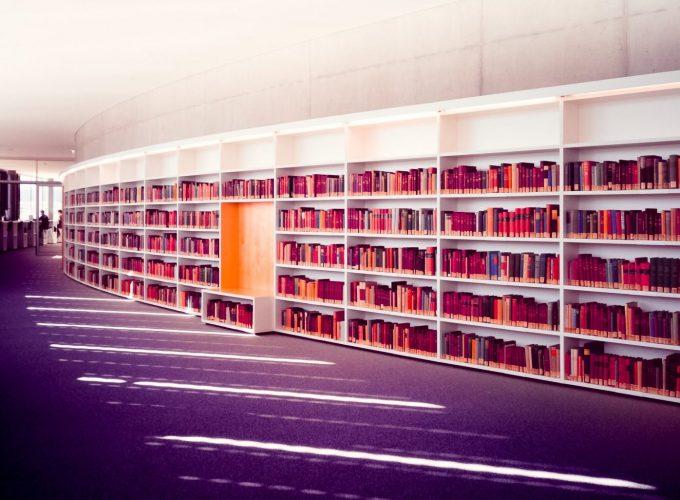 Regale in eine Bibliothek