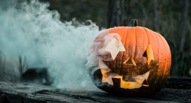Ein Halloween Kürbis wo Rauch austritt